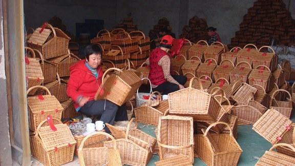 В частности, это касается и плетеных корзин.  Плетение разнообразных корзин, шкатулок восходит корнями в далекое...